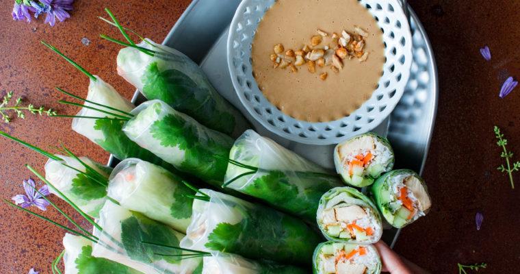 Rollitos vietnamitas (gỏi cuốn) con salsa de cacahuete