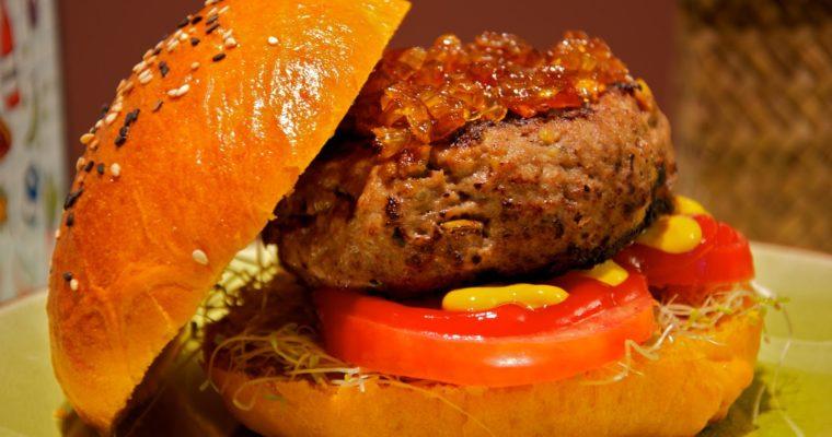 Hamburguesas gourmet con pistacho y gorgonzola en pan de tomate