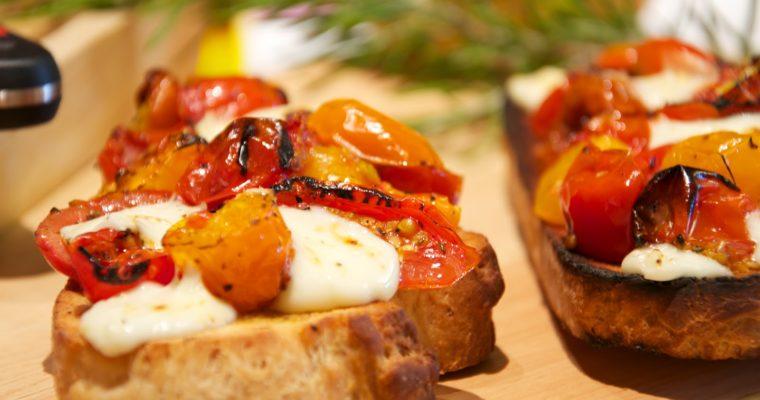 Bruschetta de tomate y mozzarella en pan de pueblo casero