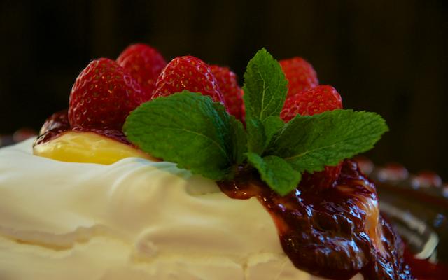 Pavlova con lemon curd y coulis de fresa
