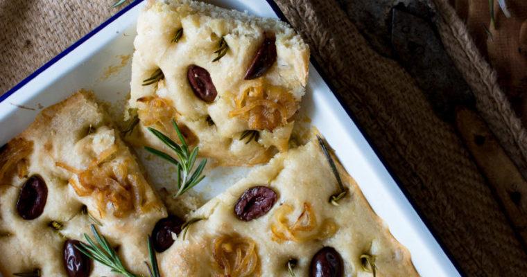 #instarecipe · Focaccia con cebolla y aceitunas kalamata | Focaccia with onion and kalamata olives ·
